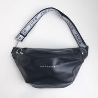 <ANDGEEBEE>【UNISEX】ロゴテープボディバッグ AG191BC13