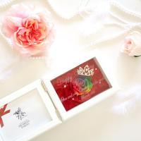 """《名入れギフト☆メッセージ刻印》MEMORIES """"Q""""   ティアラが輝くレインボーローズのフォトフレーム"""