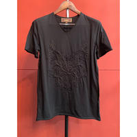 Bennu(ヴェンヌ)120610101/Embroidery cut-off V-neck T-shirts