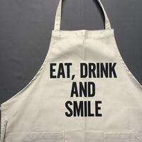 """DRESSSEN WPASB20   DAY USE W POCKET  APRON    """"EAT、DRINK AND SMILE""""※こサンドベージュカラーです。正面に二つのポケットがございます。"""
