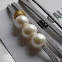 天然パール付 レザーブレスレット Made in Paris ホワイト パール3つタイプ ・ グレークリアカラー