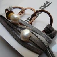 ★SALE★天然パール・ブラウンリング付 レザーブレスレット Made in Paris  グレークリア&エトープカラー