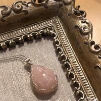 【宝石質】ローズクォーツのワイヤーラッピングのペンダント