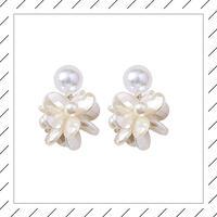 【シンプルに綺麗】真っ白なパールお花ピアス