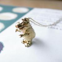 【受注制作】きょうりゅうのふりをするこぶたのネックレス(真鍮)
