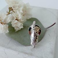 【受注制作】花を持つうさぎのブローチ
