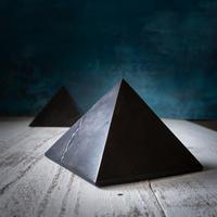 シュンガイトのピラミッド★10cm