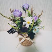〖ラジカルフラワー〗パープルローズと小花のバスケットアレンジ