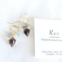 巻き貝型スモーキークォーツ×ブルー系小粒天然石のピアス(イヤリング) K14GF