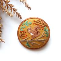 リスの刺繍の木枠ブローチ