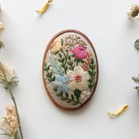 植物の刺繍の木枠ブローチ