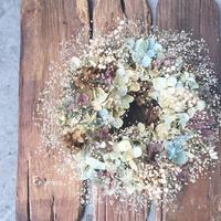 かすみ草のベールで包む紫陽花リース