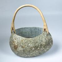石と籐の花器