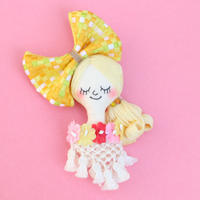 Face Brooch/Yellow checkered ribbon