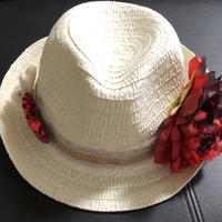 赤い花の麦わら帽子