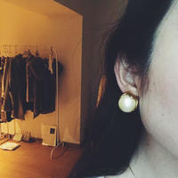 pearl × gold earring