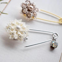 Snow  flower カブトブローチ(ホワイト)