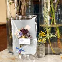 小さなドライフラワーの花束-blue-