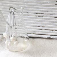 吹きガラスのビーズとロングビーズのチタンピアス/WHITE