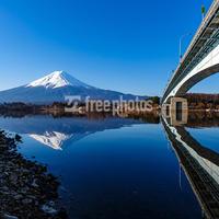 河口湖大橋と冬の富士山[河口湖町]