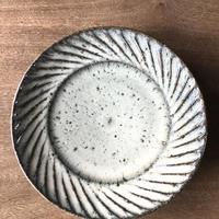 藁灰 平皿7寸 しのぎ/ 工房つちみ