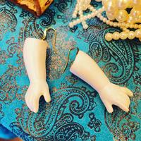 14kgfロシア人形 セラミック白い手のピアス【白いシリーズ】