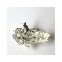 正面向き 流氷にのるシロクマの子ブローチ