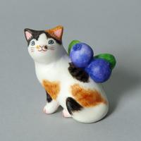 松本浩子「お使いネコさん《ブルーベリー》」