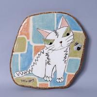 岡村洋子「陶板・ハチと白猫」