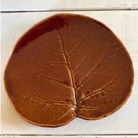 和菓子やケーキを乗せたくなるハマブドウの葉皿