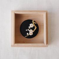 Mayumi Tomita 光琳図案刺繍白梅ブローチ