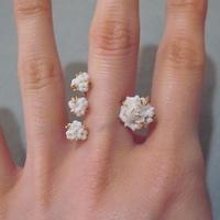 【ANDRESGALLARDO】 Three Flower Ring ホワイト