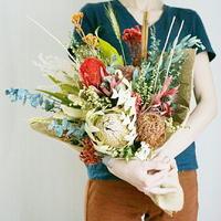 たくさんのドライフラワーとプリザーブドフラワーのおしゃれで映える大きな花束