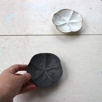 鉄釉・粉引梅豆皿 / 額賀円也