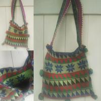 マガール族のお母さんの手編みバッグ三角とフラワーモチーフ