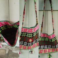 マガール族のお母さんの手編みバッグ フラワーモチーフ