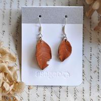 ヌメ革で作ったかわいい落ち葉のピアス/イヤリング