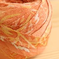 【10m】くちなし色(控えめなオレンジ)に白と黄の草花模様・縮緬(10173)