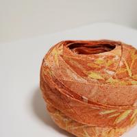 くちなし色(控えめなオレンジ)に白と黄の草花模様(10173)