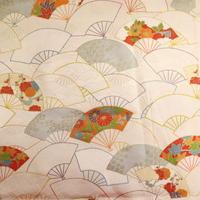 【はぎれ】白地に色鮮やかな扇柄・紋綸子縮緬(2008044‐1)