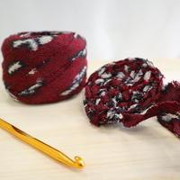 【特別価格・編み物応援80m】赤に白黒の抽象柄の紬(2010111)