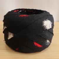 黒に赤と白の絣模様・交織2m(703)