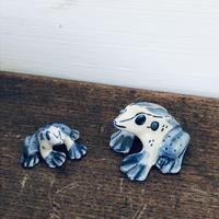 【古道具126】陶器 染付 ちいさな カエルの親子 オブジェ