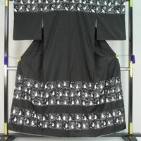 t4294▲本場大島紬 総刺繍 桜 月 市松 兎 黒色 最高級 極上の逸品 未使用品 しつけ付き 美品 訪問着
