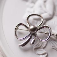 黒真珠のリボンブローチ