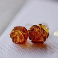 琥珀の薔薇ピアス