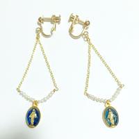ブルーカラー奇跡のメダイ× 小さな淡水真珠ケシパール × チェーンの トライアングル イヤリング