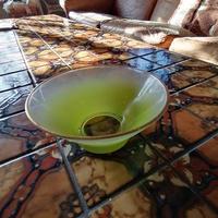 黄緑なガラス製茶碗型ボール。