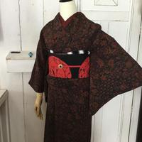 km1001【袷着物】更紗模様のちりめん着物にクールな黒赤帯・袷着物コーデ6点セット