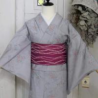 【リサイクル】【紬】グレー赤・白の花に枝模様 単衣着物 KIA034